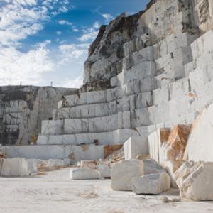 Foto delle cave di marmo di Carrara vicino alla Scuola Vela
