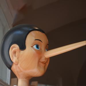 Foto di Pinocchio di Collodi vicino alla scuola vela