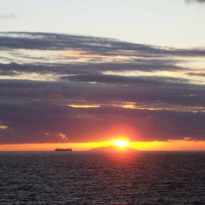 Foto del tramonto sulla Gorgona vicino la scuola vela