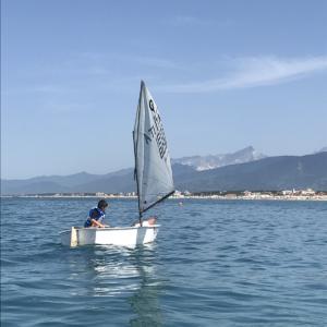 Foto della barca Optimist usata alla Scuola di Vela