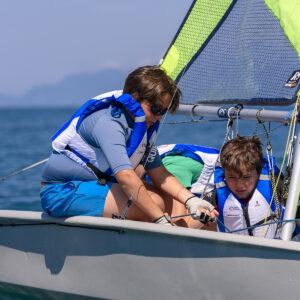 Foto di bambini alle lezioni di vela FIV in Versilia
