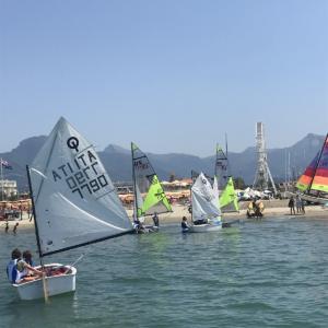 Foto barche scuola vela Versilia Optimist