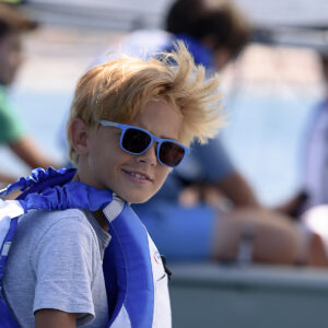 Foto di un bambino al corso di vela FIV in Versilia