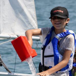 Foto di un bambino che gioca al corso di vela FIV