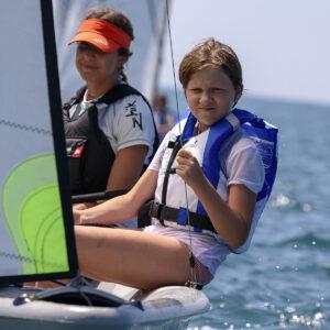 Foto di una bambina al corso di vela FIV in Versilia