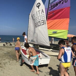 Foto lezione di vela su Optimist in Versilia