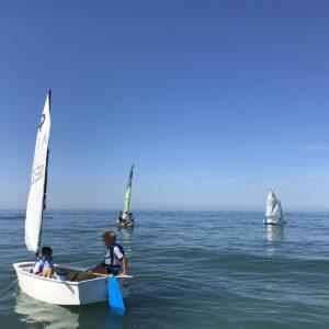 Foto lezione di vela per bambini Optimist in Versilia