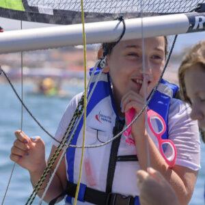 Foto di una bambina alla scuola di vela FIV in Versilia