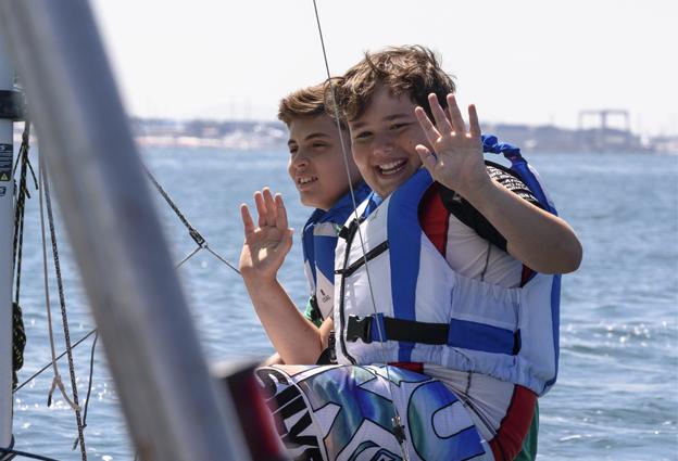 Foto bambini che salutano al corso di Vela FIV
